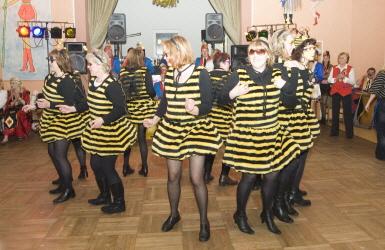Frauen im Bienenkostüm
